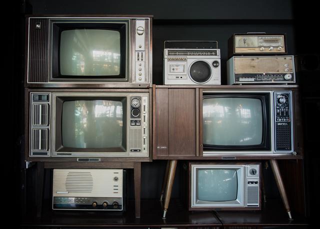 много старых телевизоров и радоприемников