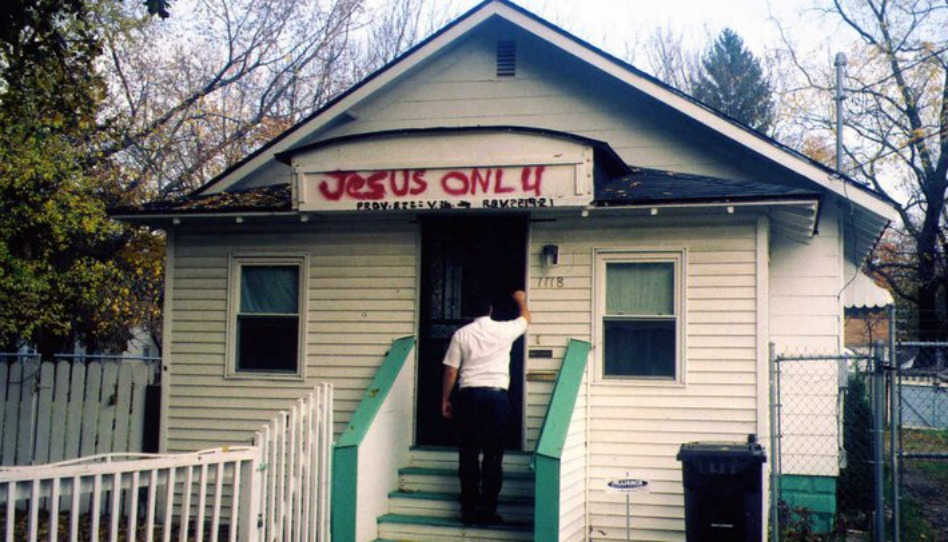 мормонский миссионер стучит в дверь