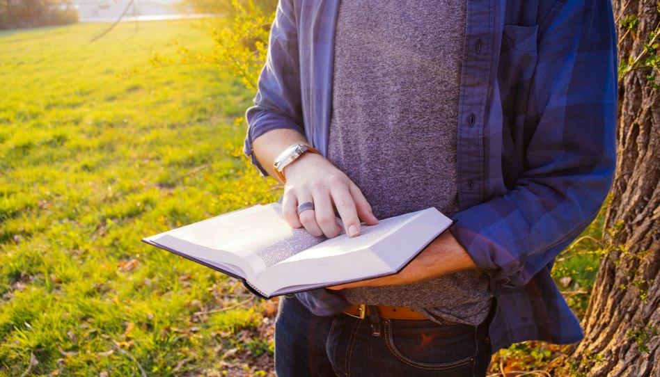 Парень читает Библию