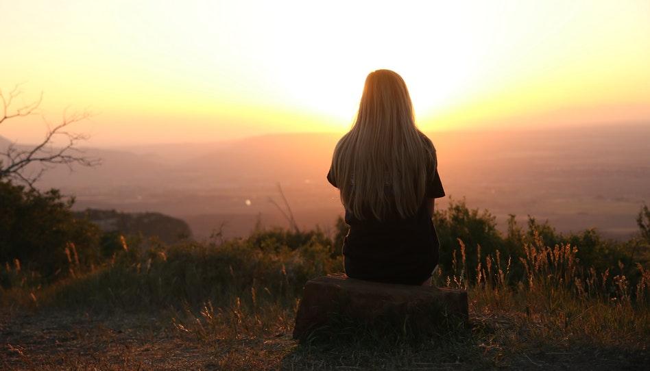 девушка любуется закатом