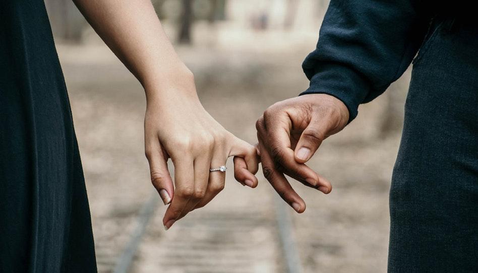 СЛЕДУЕТ ЛИ МНЕ ВЫХОДИТЬ ЗАМУЖ ЗА МОЕГО ЛЮБИМОГО ЧЕЛОВЕКА, ЕСЛИ ОН НЕ ЧЛЕН ЦЕРКВИ?